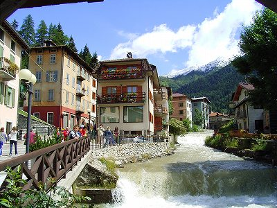 Ponte di Legnoの川と町